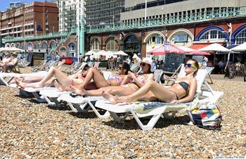 Dù nhiệt độ cao nhưng người châu Âu vẫn không bỏ qua thói quen tắm nắng.