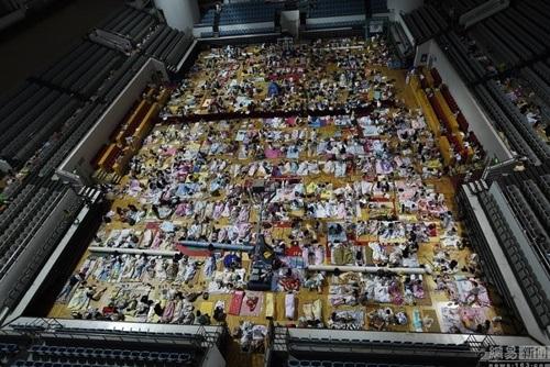 Phòng tập thể dục trong ngày nóng đã trở thành nhà chung của hàng ngàn sinh viên.