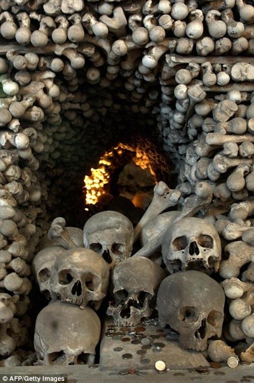Một góc bên trong nhà nguyện Sedlec Ossuary.