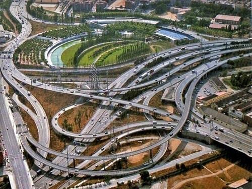 Hoa mắt với giao lộ Parc Nus de la Trinitat ở thành phố Barcelona, Tây Ban Nha.