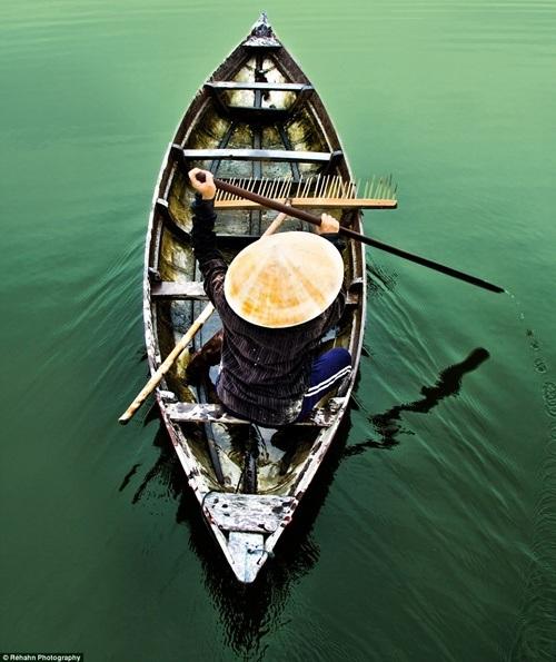 Chèo thuyền trên sông Thu Bồn.