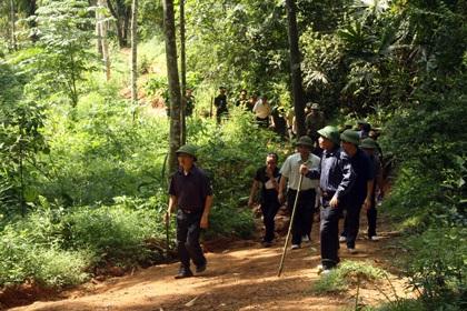 Đoàn công tác băng qua nhiều đồi núi trong rừng đặc dụng Thần Sa Phượng Hoàng.