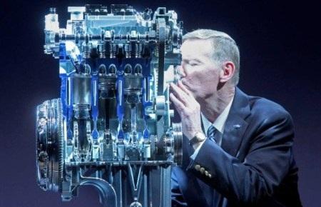 CEO Alan Mulally của Ford âu yếmđộng cơ EcoBoost