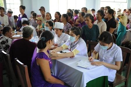 Các bác sĩ đang về vùng nông thôn khám bệnh từ thiện cho bệnh nhân nghèo