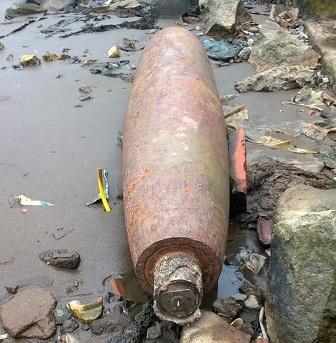 Quả bom vẫn còn nguyên kíp nổ nên cơ quan chức năng khuyến cáo người dân hiếu kỳ không nên đến gần