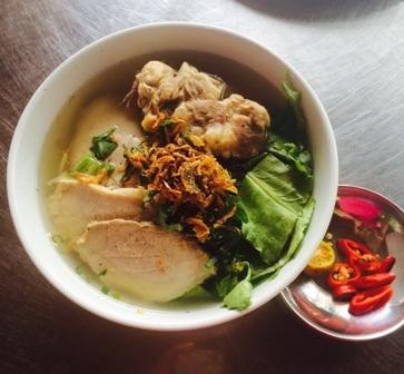 Món hủ tiếu xương được nấu bằng nước dừa