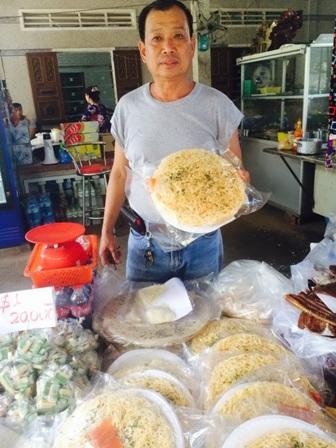 Ông Sáu Hoài giới thiệu sản phẩm hủ tiếu chiên