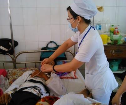 Các bệnh nhân bị ngộ độc sam biển đang điều trị tại BVĐKTƯ Cần Thơ