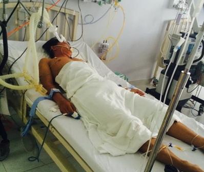 Anh T. đang được cấp cứu tại bệnh viện trong tình trạng nguy kịch