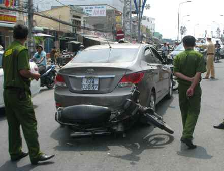 Chiếc xe do Trang Thanh Thoảng điều khiển chỉ dừng lại khi bị công an chặn đầu, chặn đuôi