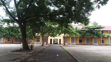 Trường mang vẻ đẹp hoang sơ cổ kính.