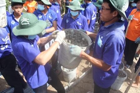 Các bạn trẻ cùng tham gia trộn hồ, làm đường.