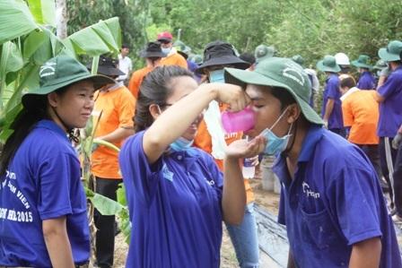 Các bạn nữ làm nhiệm vụ tiếp nước cho các bạn nam làm đường