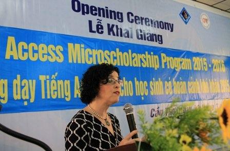 Bà Rena Bitter, Tổng lãnh sự quán Hoa Kỳ tại TPHCM phát biểu tại lễ khai giảng