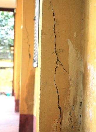 Những vết nứt trên tường của các phòng học.
