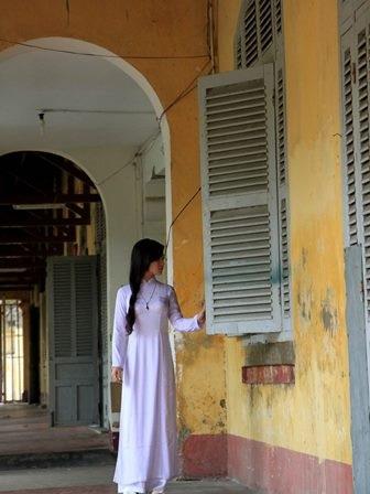 Nhiều học sinh tìm về trường cũ để chụp hình lưu niệm trước  giờ G.