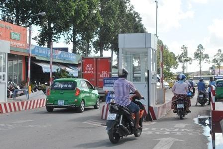 Mỗi người dân khi vào bến xe đều phải dừng lại ở cổng để đóng tiền phí.
