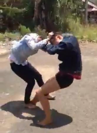 Hai thiếu nữ đang đánh nhau (hình cắt từ clip)