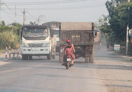 Khói bụ mịt mù, đường hẹp nên người qua lại rất nguy hiểm