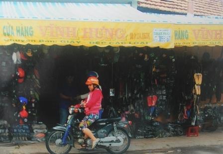 Cửa hàng kinh doanh giày dép Vĩnh Hưng ngay trong khuôn viên đình thần Thạnh Hòa.