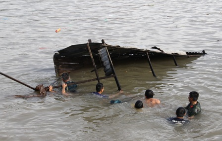 Nhà của dân bị đổ sập xuống sông Hậu mênh mông