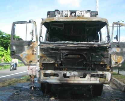Chiếc xe bị cháy trơ khung