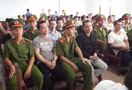 Trương Phong Hiền - đối tượng cầm đầu vụ án (mặc áo thun có chữ, ngồi giữa)
