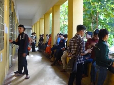 Sẵn sàng để bước vào phòng thi, ở điểm thi trường Châu Văn Liêm. (Ảnh: