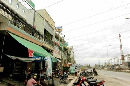 Đoạn Quốc lộ 91 qua phường Trà Nóc - nơi có hàng chục hộ dân bị ảnh hưởng do thi công công trình.