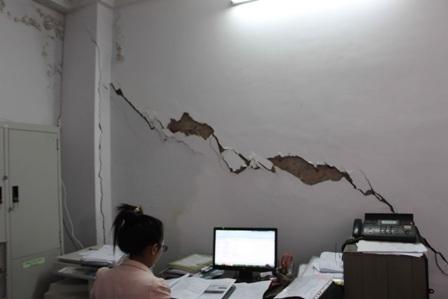 Phải làm việc trong căn phòng tường bị xé nứt rất nguy hiểm.
