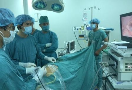 Các bác sĩ đang phẫu thuật nội soi dạ dày cho bệnh nhân T