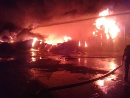 Lửa bốc cháy ngùn ngụt tại Công ty sản xuất đệm mút, xốp Ngọc Long.