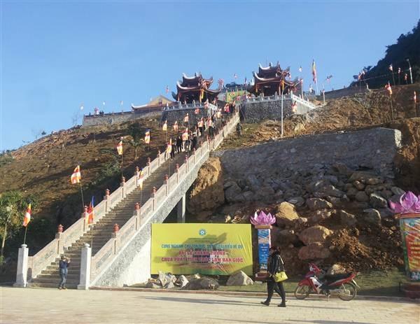 Những hạng mục bậc thang và hành lang của chùa đều được làm bằng đá.