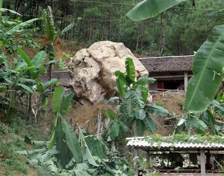 Nhiều hòn đá to bay qua nóc nhà rơi xuống phía trước sân, may mắn không gây thiệt hại về người.