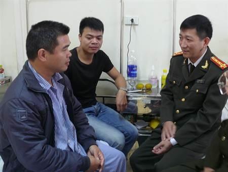 Lãnh đạo Công an tỉnh Bắc Kạn đến thăm và động viên Thượng úy Huy.