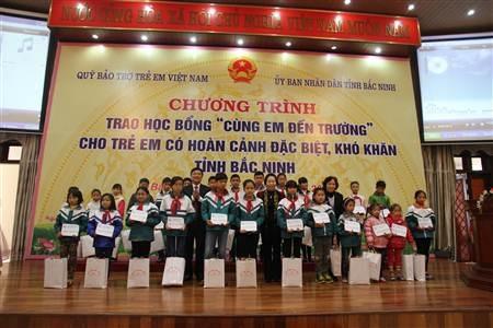 Phó Chủ tịch nước Nguyễn Thị Doan trao học bổng Cùng em đến trường cho học sinh tại Bắc Ninh.