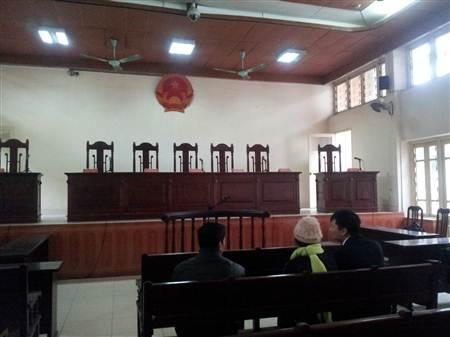Hơn 8 giờ sáng nay không khí tại phiên tòa vẫn vắng vẻ lạ thường.