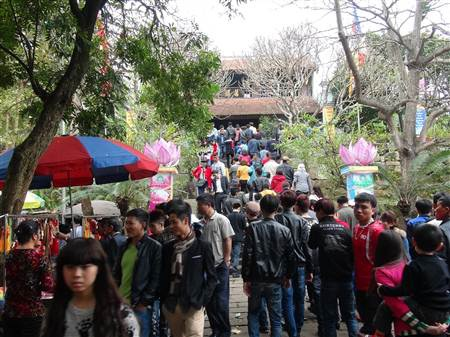 Hàng vạn du khách đổ về trẩy hội chùa Phật Tích, Bắc Ninh.