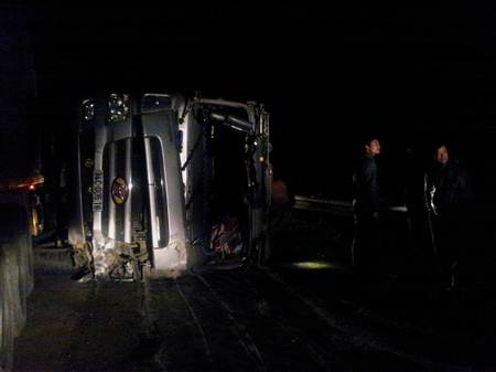 Đến tối cùng ngày, chiếc xe tải bị lật vẫn chưa được chuyển đi.