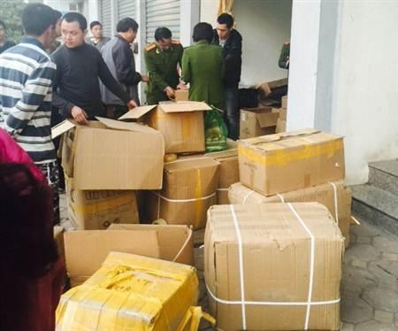 Lực lượng chức năng kiểm tra và phát hiện hàng chục tấn thực phẩm chức năng giả tại 5 kho hàng.