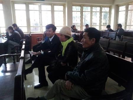 Luật sư Hoàng Minh Hiển cùng với ông Chúc và bà Lành có mặt tại phiên tòa từ rất sớm.