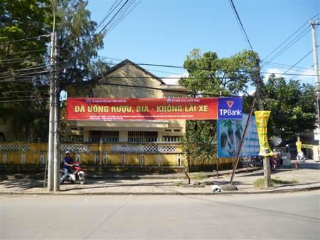 Băng rôn, khẩu hiệu tuyên truyền ý thức người dân đã được treo trên các tuyến đường theo quy định.