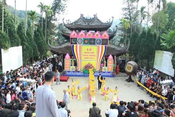 Lễ khai hội Chùa Hương năm 2015 thưa vắng du khách về trẩy hội hơn so với những năm trước.