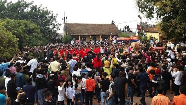 Người dân bốn phương đổ xô về Đình Ném Thượng để tận mắt chứng kiến tục chém lợn.