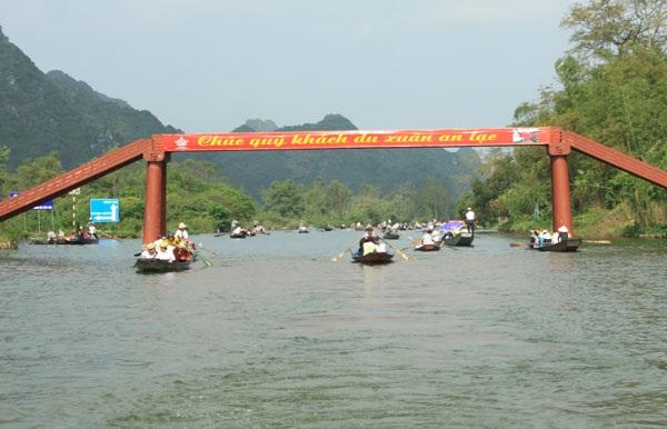 Du khách đi thuyền vào lễ hội thưa vắng lạ thường so với cùng kỳ năm ngoái.