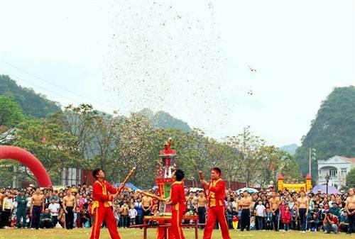 Các tráng sĩ chuẩn bị cho màn tranh pháo nảy lửa và gay cấn.
