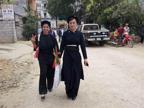 Phụ nữ Dân tộc Tày - Nùng Cao Bằng mang theo đàn tính đi trẩy hội.