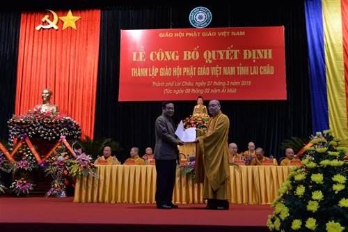 Công bố và trao các quyết định về việc thành lập Giáo hội Phật giáo Việt Nam tỉnh Lai Châu.