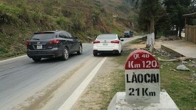Những vết nứt nẻ nghiêm trọng xuất hiện tại đoạn dốc sau Km21 hướng Lào Cai - Sa Pa.