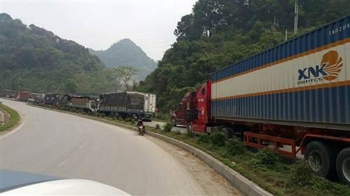 Hàng trăm xe tải chở hàng xếp hàng chờ làm thủ tục xuất khẩu tại khu vực gần cửa khẩu Tân Thanh.